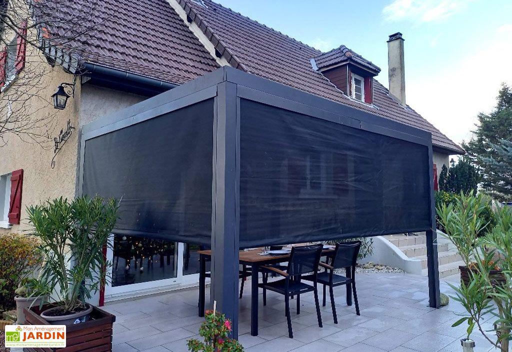 pergola bioclimatique en aluminium avec 2 stores latéraux