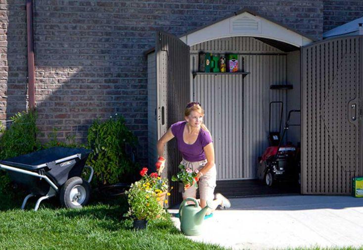 abri de jardin en pvc avec étagère
