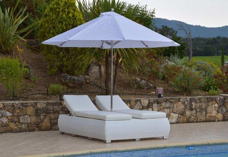 Double bain de soleil blanc en aluminium et résine tressée avec parasol