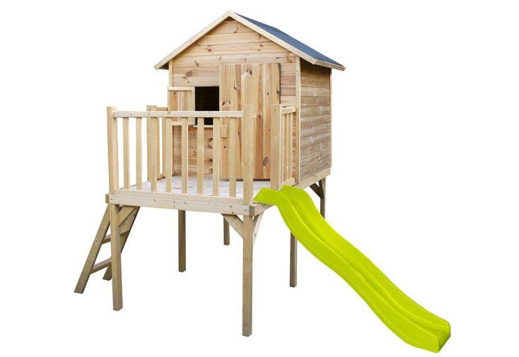 cabane en bois brut sur pilotis avec toboggan vert