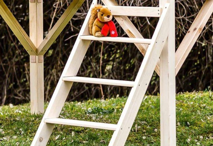maison d'enfant sur pilotis avec échelle en bois FSC