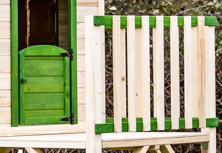 maisonnette en bois avec balcon montée sur pilotis et porte battante