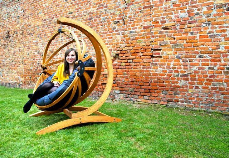 fauteuil suspendu en bois et son support en bois lamellé collé
