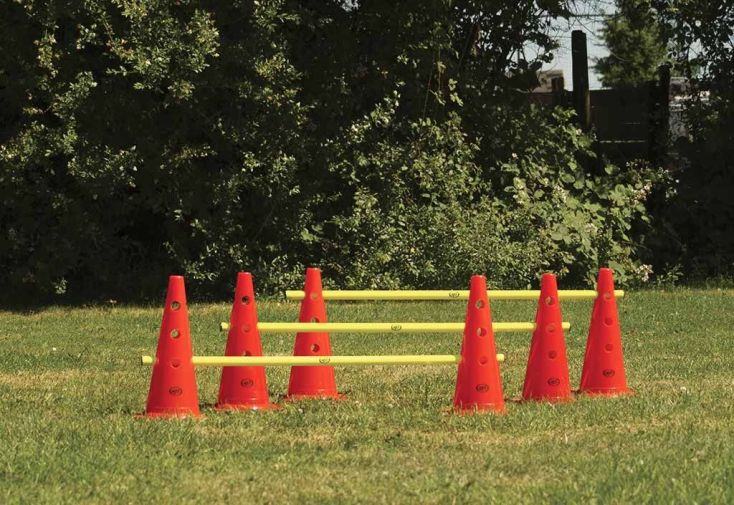 parcours d'obstacles avec barre et cônes en plastique et sac de sport
