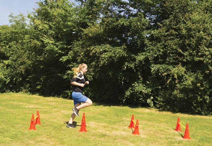 parcours d'obstacles avec cônes et barre pour entrainement de sport