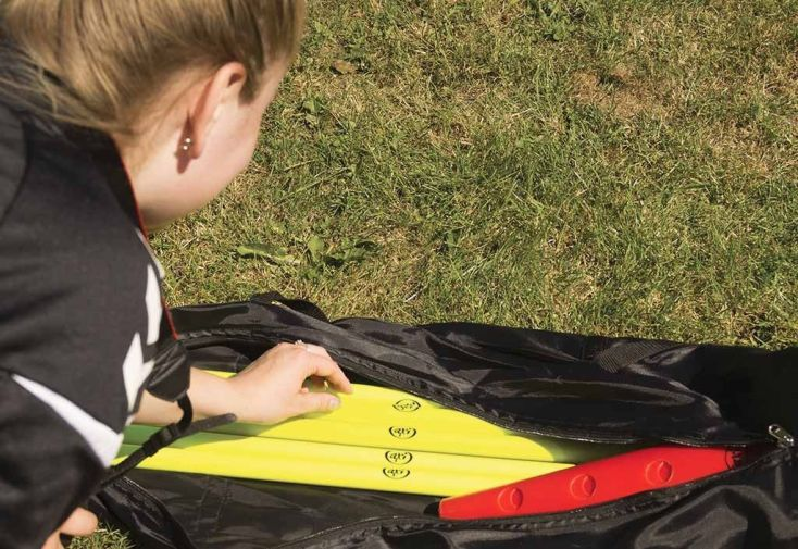 cônes et barres pour parcours d'obstacle avec sac de sport