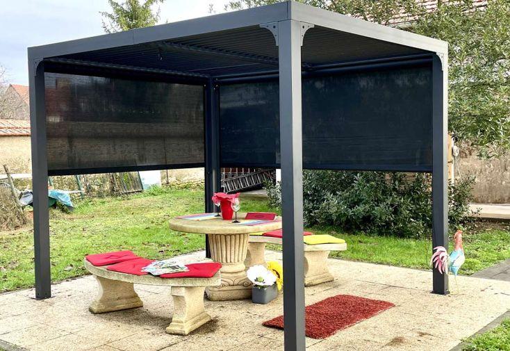 Pergola bioclimatique avec store latéral : 2 rideaux en PVC