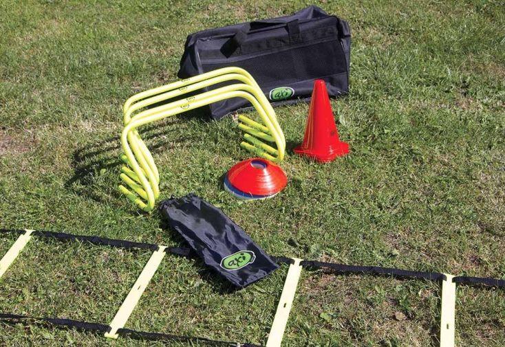 sac de sports avec cônes, plots, échelle de vitesse et haies pour parcours d'obstacle