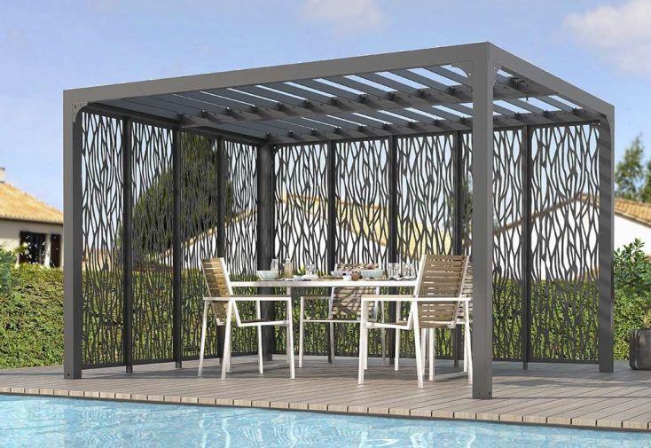 pergola en aluminium avec toiture bioclimatique et brise-vues latéraux