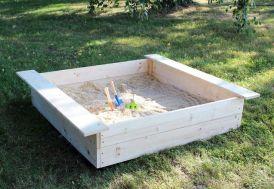 bac à sable en bois carré avec bancs