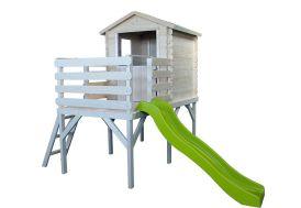 cabane en bois pour enfant sur pilotis avec toboggan vert