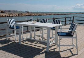 Salon de jardin en aluminium blanc avec quatre fauteuils et une table haute