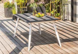 table scandinave en aluminium avec pieds fuseaux