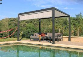 Pergola en aluminium avec éclairage LED et rideaux brises-soleil